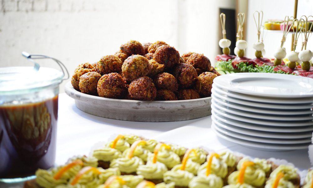 Cateringbuffet mit Quinoaballs, Bresaola-Mozzarella Spießen und Brotpralinen